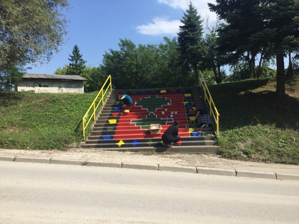 YOUNG PEOPLE FROM ZAVIDOVICI PAINTED THE CITY STEPS WITH BOSNIAN KILIM MOTIFS